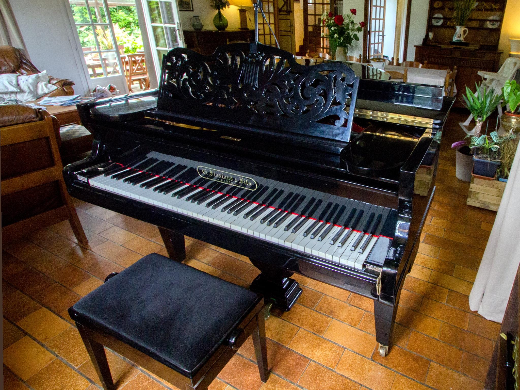 Le piano du salon, il est accordé plusieurs fois par saison